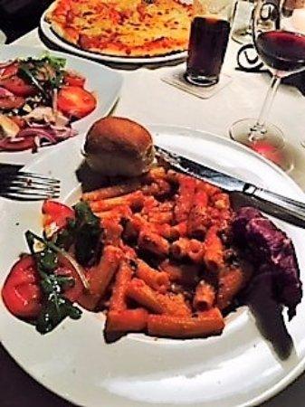 Krummesse, ألمانيا: Pasta Arrabiata och tomatsallad