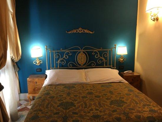 Il letto bild von albergo delle drapperie bologna for Albergo orologio bologna