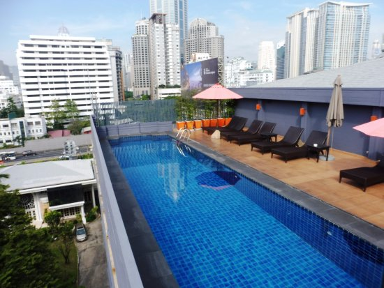 swimmingpool am dach bar bereich f r den abend picture of hotel solo sukhumvit 2. Black Bedroom Furniture Sets. Home Design Ideas