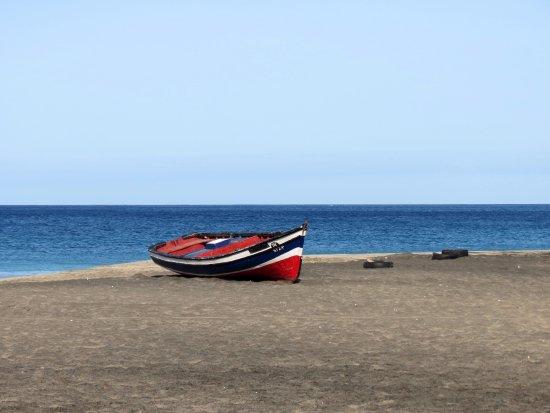 São Pedro, Cabo Verde: plage et bateau de pecheur