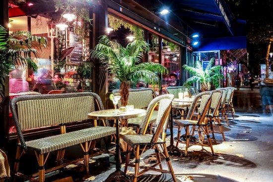terrasse chauff e fumeur picture of cafe le capitole paris tripadvisor. Black Bedroom Furniture Sets. Home Design Ideas