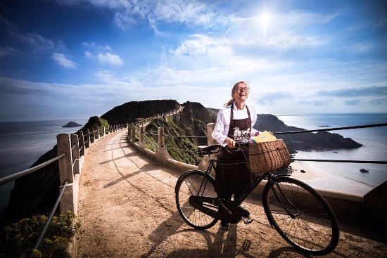 Сарк, UK: Caragh Chocolates are made on a car-free island, where people mostly travel around by bike!