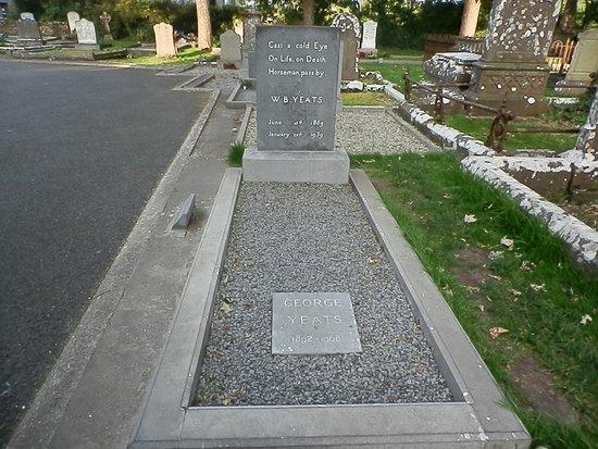 Drumcliff, Irlandia: Em um pequeno e simples túmulo descansa o grande poeta W.B. Yates.