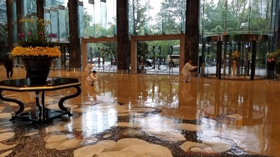InterContinental Century City Hotel Chengdu : Tai-chi in the lobby looking at the front doors