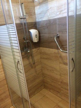 Ebenerdige Dusche Mit Kleiner Einstiegskante Und Regendusche Bild