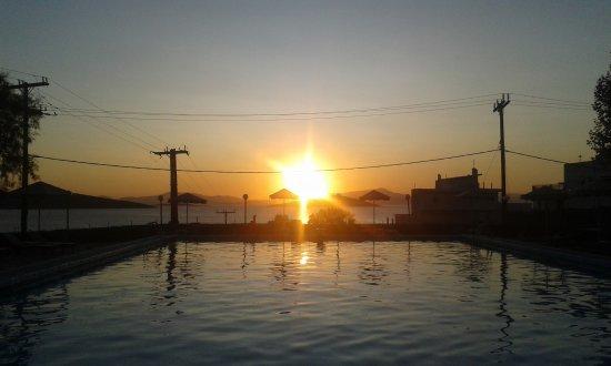 Marmari, Grecia: Sonnenuntergang am Pool