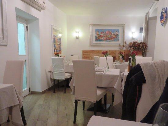 Lenno, Italy: une salle de restaurant au décor épuré et volume convivial