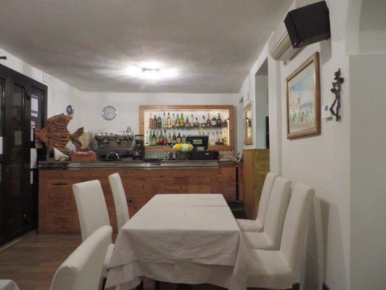 """Lenno, Italy: l'entrée du restaurant avec son """"zinc"""" fait de façades de caisses de vin"""