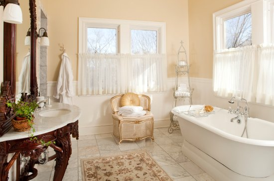 Mount Merino Manor: Spacious luxury bathroom with separate toilet room in the Blue Mountain View Suite