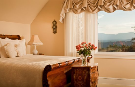 ‪‪Mount Merino Manor‬: Relax in the antique king sleigh bed in Blue Mountain View Suite‬