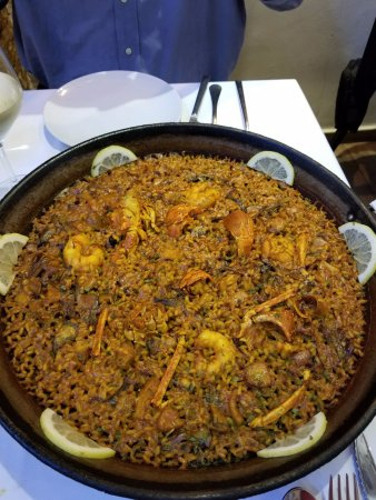 Dbayeh, Líbano:  the Lobster and Artichoke harts Paella is Amazing,with also got a nice bpttle of Sauvignon Blan