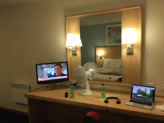 Ardley, UK: Desk with television