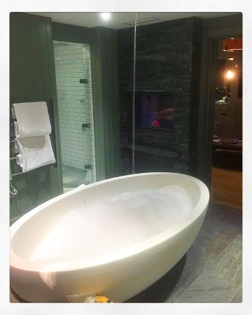 Great Langdale, UK: Bath filling from the ceiling.