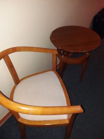 Linda-a-Velha, Portugal: Muebles viejos y con desconchones