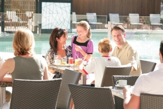 Benowa, Australien: Casual poolside dining available
