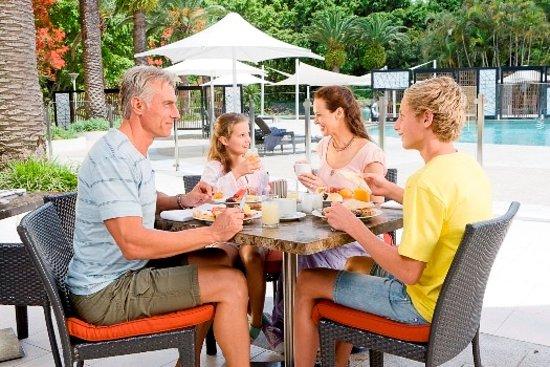 Benowa, Australien: Family-friendly, poolside dining