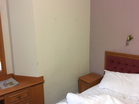 Windermere Hydro Hotel: The family room:damp patches on the wall,a stench of urine in the bathroom, rusty fixtures, thic