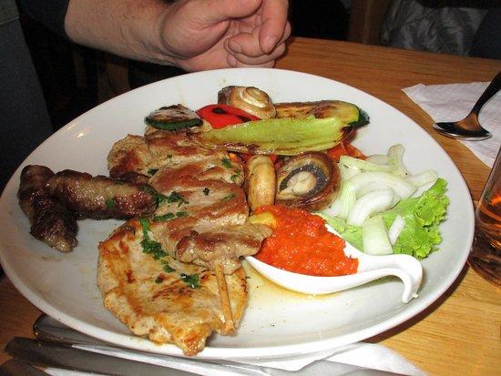 Cavle, Croatia: grigliata mista di carne con verdure grigliate