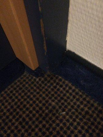 Mercure Hotel Duesseldorf City Center: Haare hängen im Fön und die Ecke hat schon lange keinen Staubsauger gesehen.