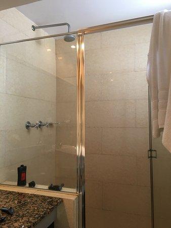 Riande Granada Urban Hotel: Only shower