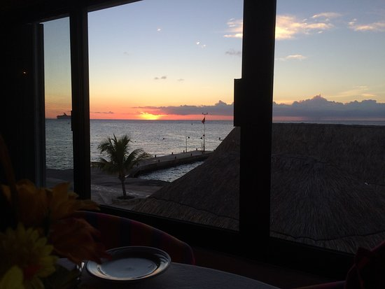 Scuba Club Cozumel : Sunset from our table
