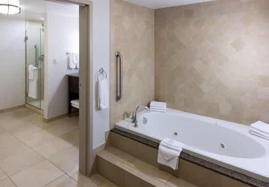 Embassy Suites by Hilton Anchorage: Bathroom Jetted Tub