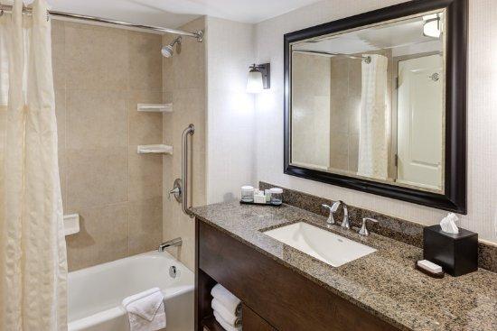 Embassy Suites by Hilton Anchorage: Bathroom Vanity Tub