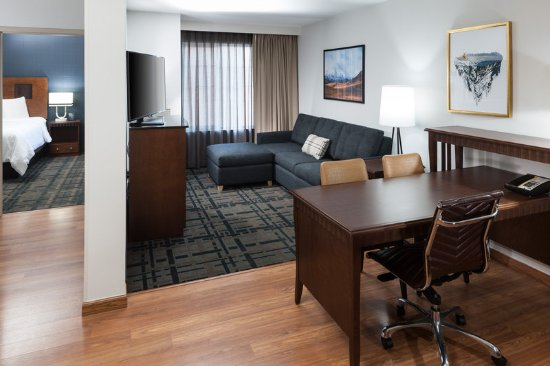 Embassy Suites by Hilton Anchorage: Suite Desk Living Room
