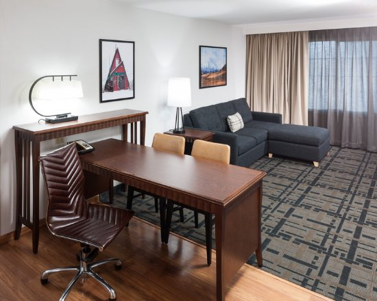 Embassy Suites by Hilton Anchorage: Suite Living Room