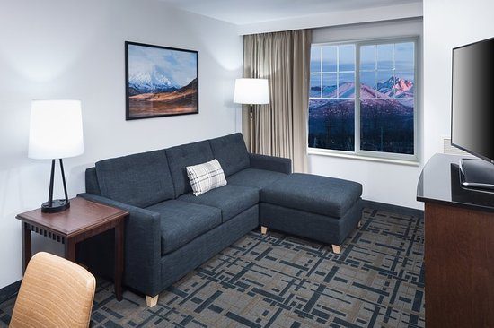 Embassy Suites by Hilton Anchorage: Suite Living Room Mountain View