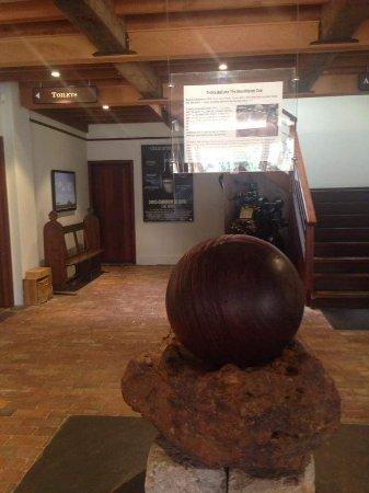 McLaren Vale, Australien: Large Cricket Ball in foyer