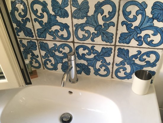 Alcuni decorazioni del bagno - Foto di Cortile Umberto I, Cefalù ...