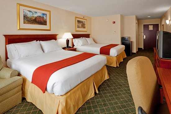 New Milford, PA: Relax in our spacious guest room with 2 queen beds