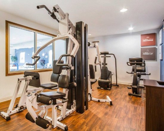Comfort Suites Foxfire: Fitness center with cardio equipment and weights