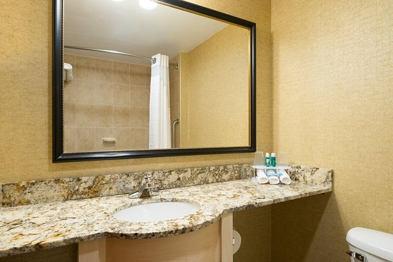 Holiday Inn Express New York City-Wall Street: Guest Bathroom