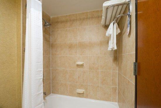Holiday Inn Express New York City-Wall Street: Guest Bathroom with Tub