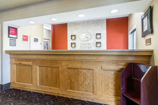 Comfort Suites : Front desk with friendly staff