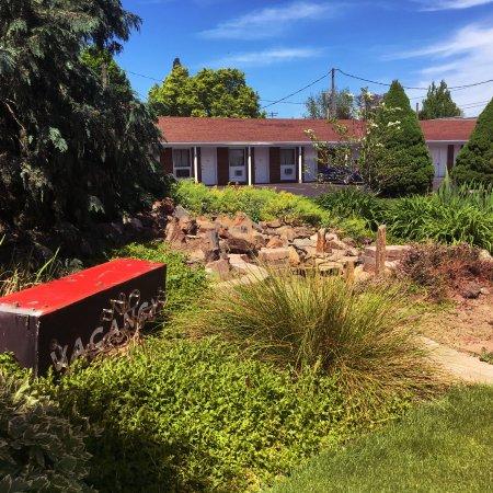 Walla Walla Garden Motel: Garden with water feature