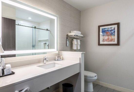 Stevensville, MI: Queen/Queen Guest Bathroom