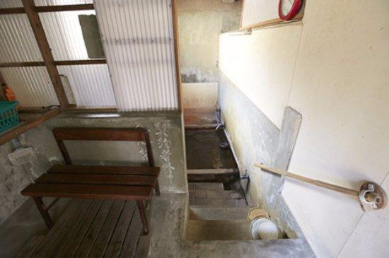 Unzen Onsen: 脱衣場から浴場