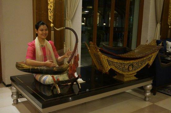 Chatrium Hotel Royal Lake Yangon: playing music in the lobby
