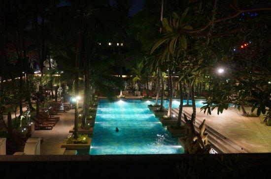 Chatrium Hotel Royal Lake Yangon: pool at night