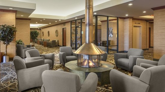 Lakewood, CO: Newly Renovated Lobby Welcome Hotel Guests to Denver