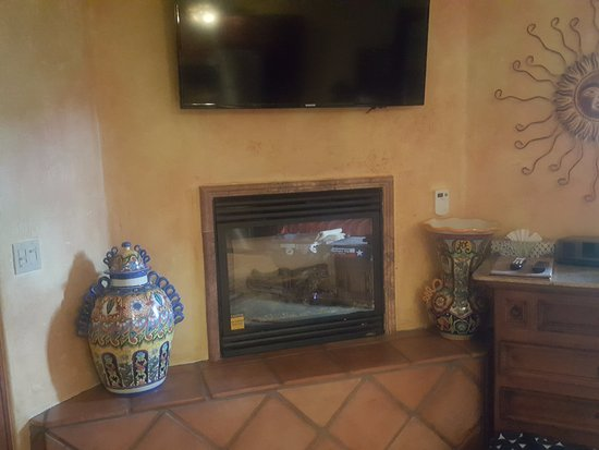 Avila Beach, Californien: Fireplace in the standard/great room