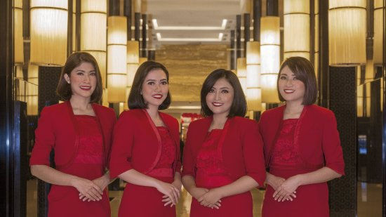 Hotel Indonesia Kempinski: Lobby - Lady in Red