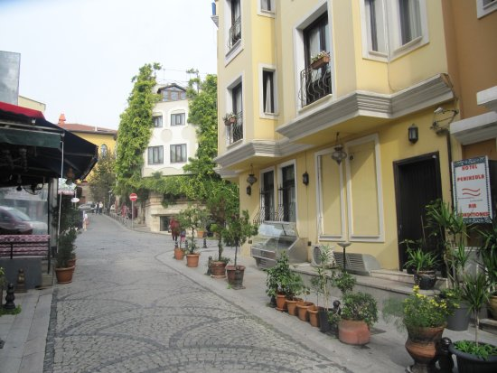 Hotel Peninsula : Street outside Hotel