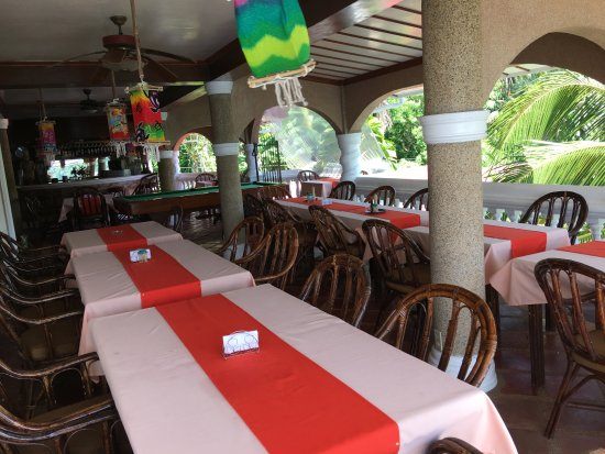 Blue Crystal Beach Resort: Une salle à manger ouverte sur l'extérieur avec une vue mer