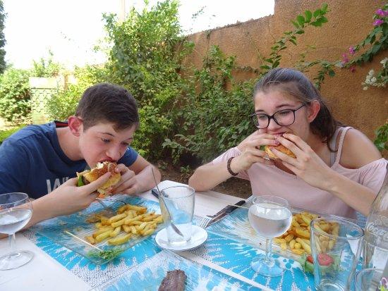 Un hamburger dévoré par les enfants