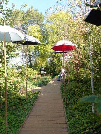 Chaumont-sur-Loire, Fransa: jardin où il fait bon s'asseoir sous les ombrelles