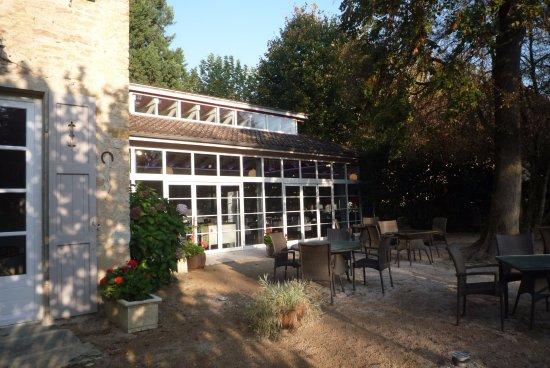Château d'Igé : véranda du petit déjeuner